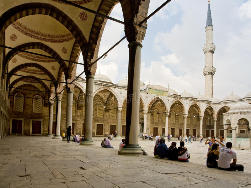 Corte interna da mesquita azul foto de stock royalty free
