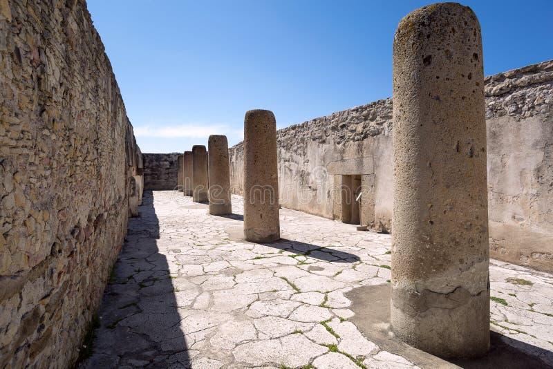 Corte interna de Zapotec com colunas de pedra foto de stock