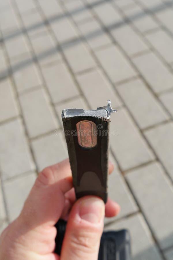 Corte la cerradura de la bicicleta de los ladrones con el cortador de perno después de robar una bici cerca del estacionamiento,  fotografía de archivo