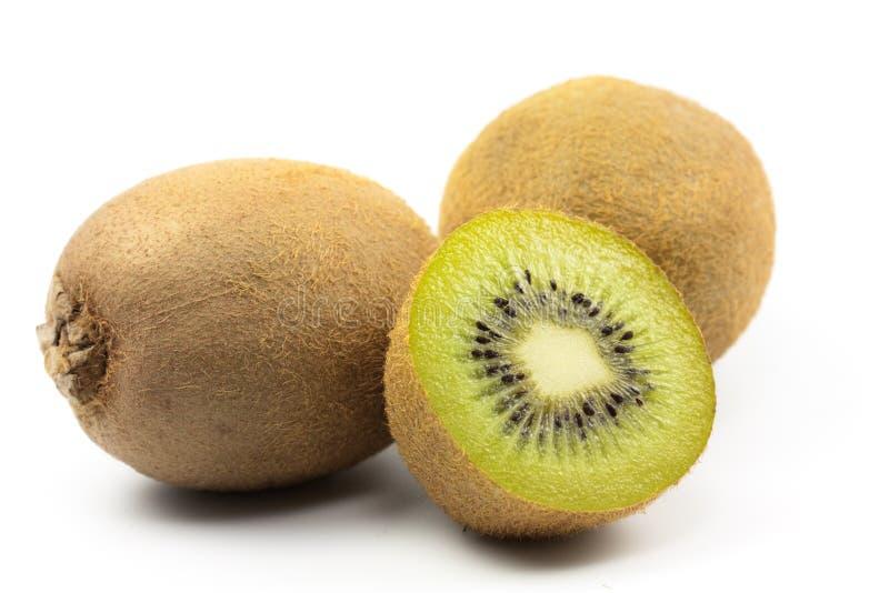 Corte la fruta de kiwi en el fondo blanco fotografía de archivo
