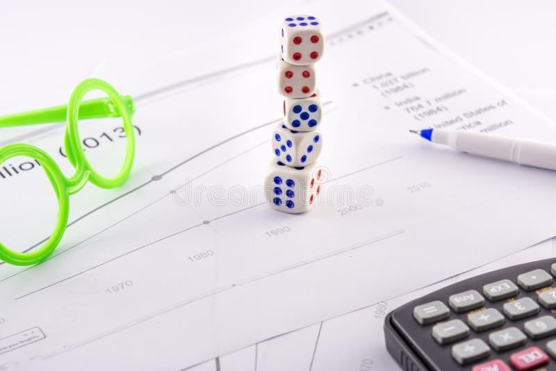 Corte la tabla de la frecuencia en cuadritos del negocio de la torre con los vidrios de la calculadora de la pluma del indicador imagen de archivo libre de regalías