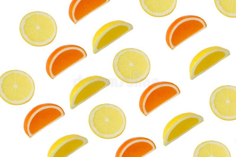 Corte a laranja e o limão em um fundo branco imagem de stock royalty free