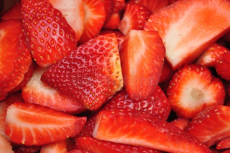 Corte las fresas frescas fotos de archivo