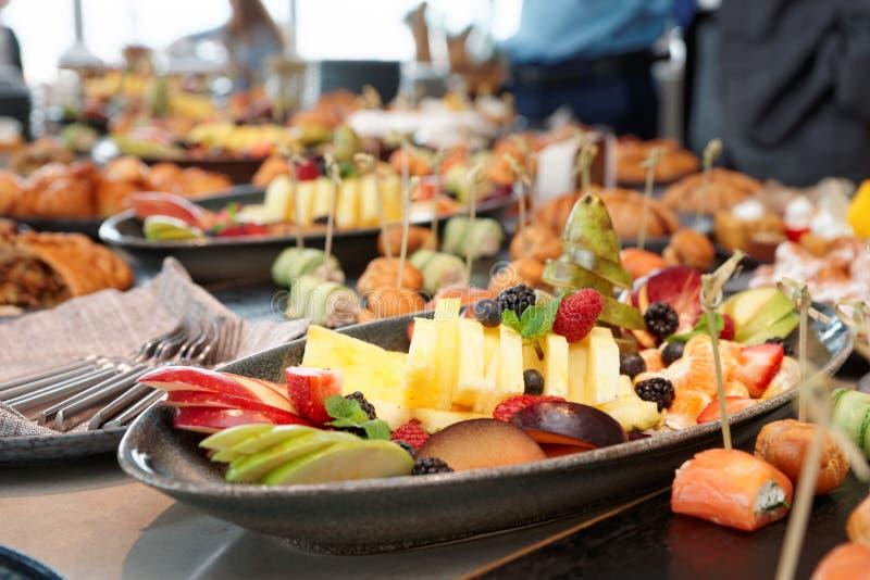 Corte las frutas y otros platos fotos de archivo