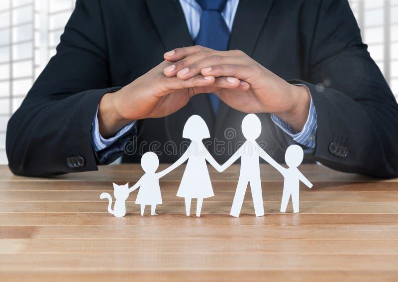 Corte las salidas de la familia bajo manos protectoras foto de archivo