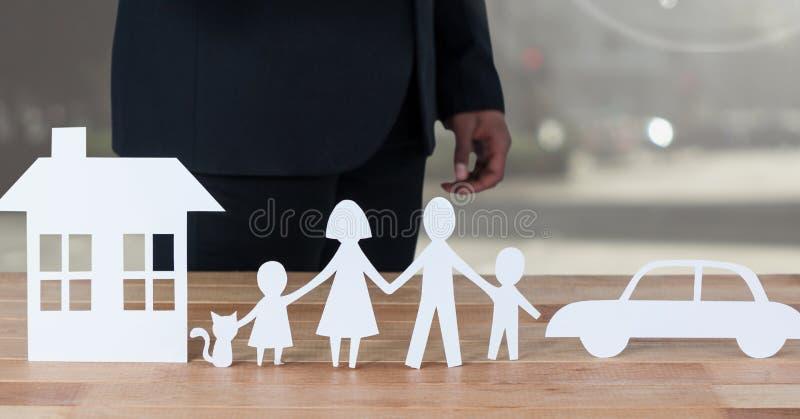 Corte las salidas de la familia y del coche de la casa con el modelo fotografía de archivo