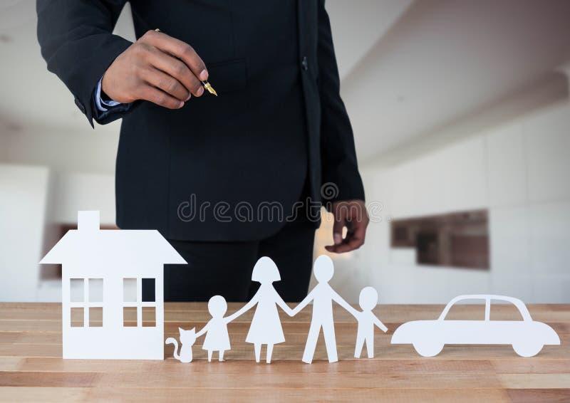 Corte las salidas de la familia y del coche de la casa con el modelo en sitio imagenes de archivo