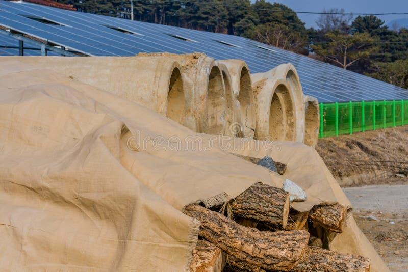 Corte logs e seções da sargeta do concreto pré-fabricado fotografia de stock royalty free