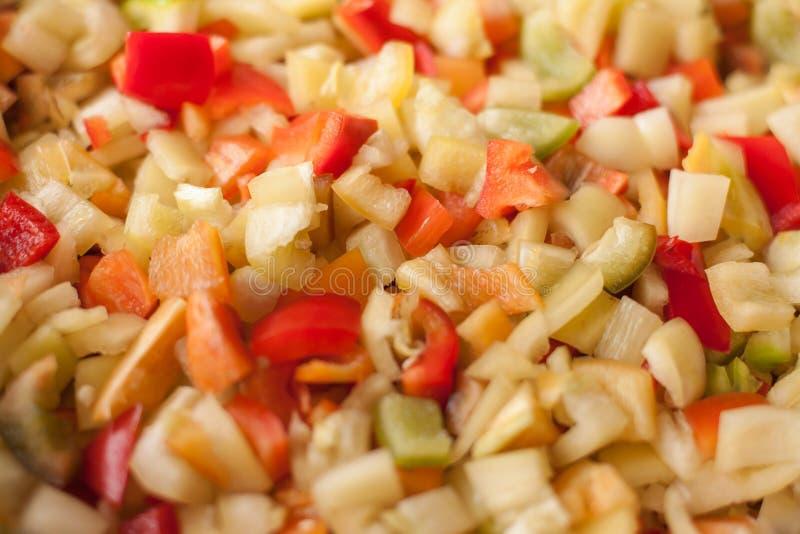 Corte los pedazos de las rebanadas de paprika dulce rojo, amarillo y verde fotos de archivo