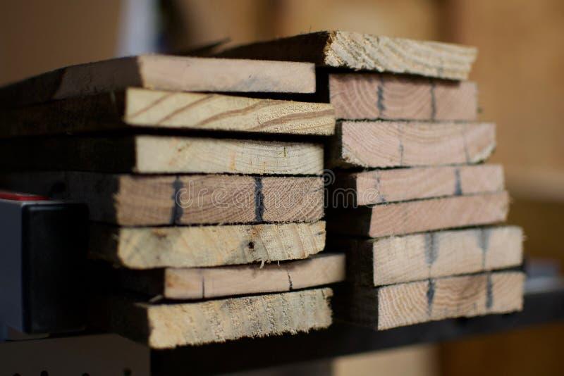 Corte a los tableros con el grano de madera apilado fotografía de archivo