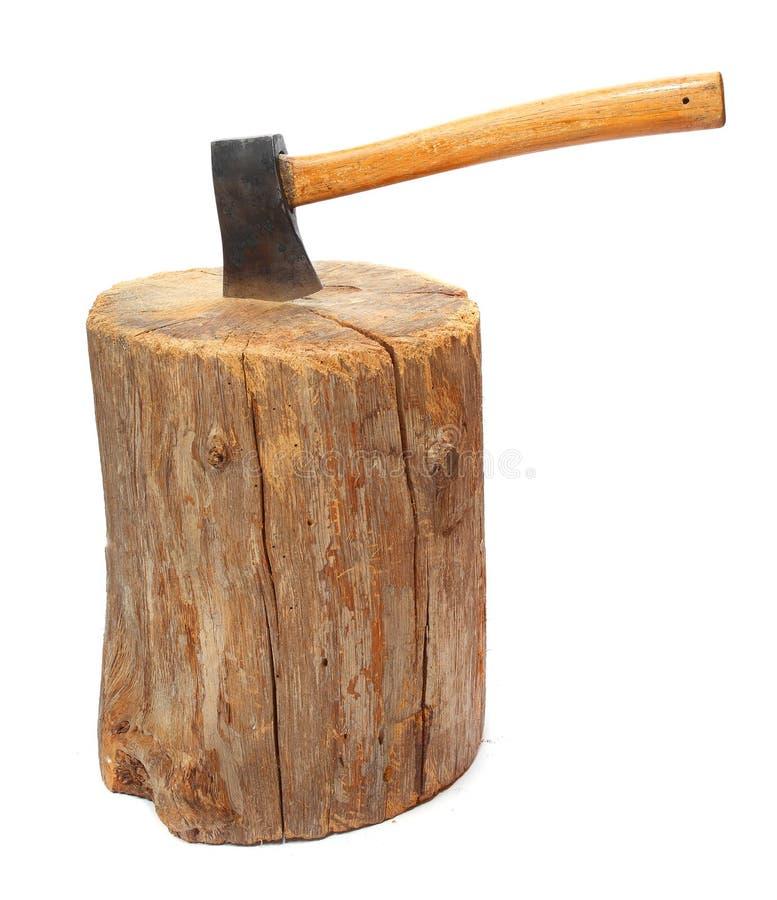Corte a madeira do incêndio de registros e o machado velho. fotos de stock royalty free
