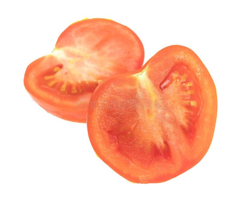 Corte no meio tomate vermelho orgânico em um fundo branco imagem de stock royalty free