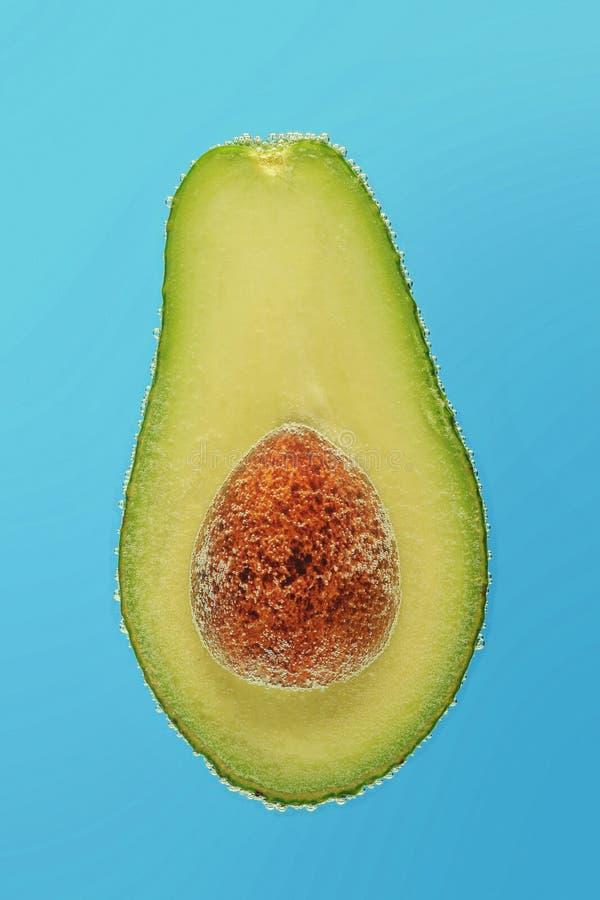 Corte o abacate nas bolhas imagens de stock