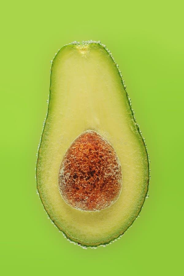 Corte o abacate nas bolhas imagem de stock