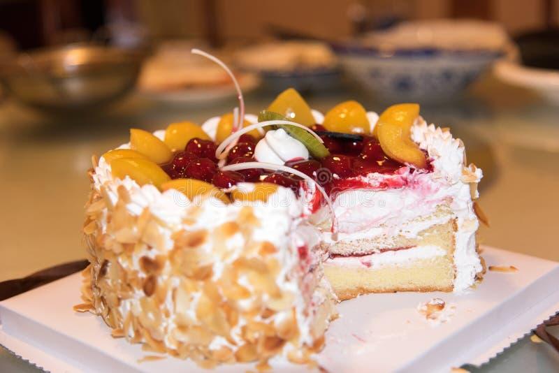 Corte o bolo de aniversário imagens de stock
