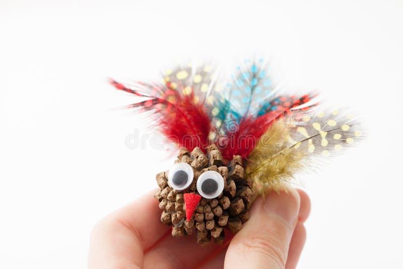 Corte o brinquedo uma Turquia na mão no branco fotografia de stock royalty free