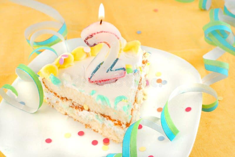 Corte o segundo bolo de aniversário foto de stock
