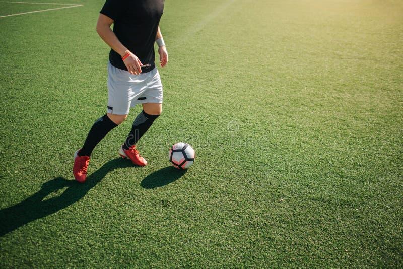Corte a opinião o homem que joga footbal apenas fora Está indo retroceder a bola foto de stock royalty free