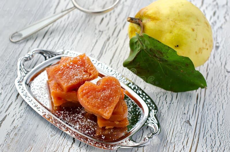 Corte partes de marmelada em borracha do doce de fruta imagem de stock royalty free