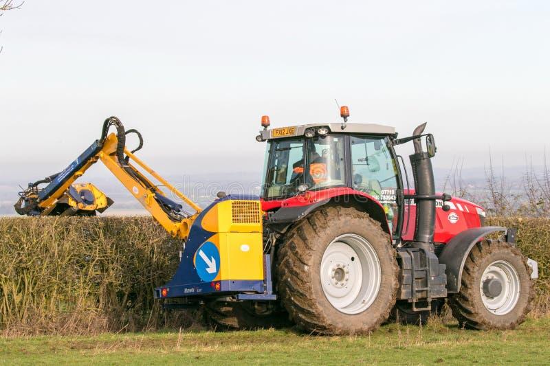 Corte rojo moderno del seto del tractor fotos de archivo