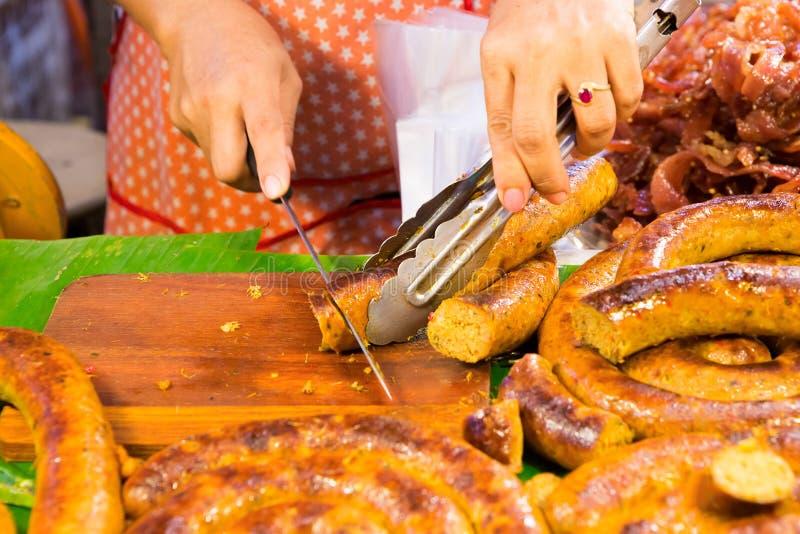 Corte Sai Aua (salchicha picante tailandesa de Notrhern) fotografía de archivo libre de regalías