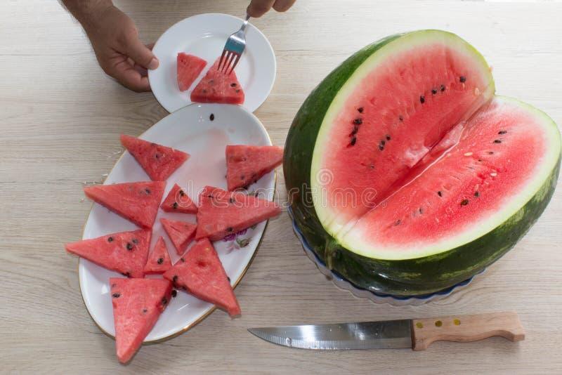 Corte sem sementes maduro orgânico da melancia em cunhas imagens de stock