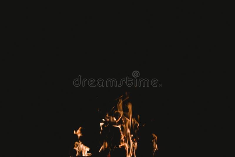 Corte tirado de un fuego llameante en la oscuridad imagen de archivo