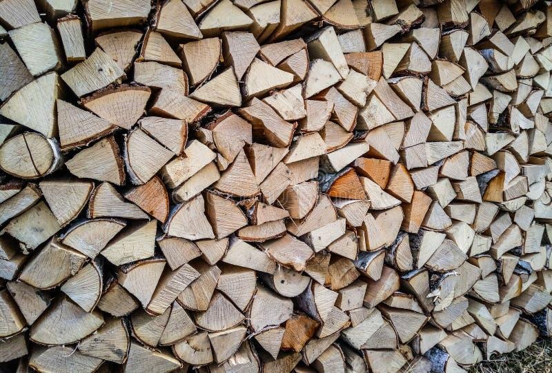 Corte visto da madeira empilhado em um pátio firewood Pilha de madeira imagem de stock