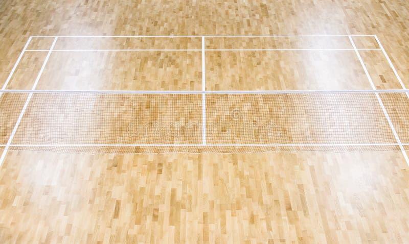 Corte y redes de madera de bádminton del piso Piso de madera de los deportes ha foto de archivo libre de regalías
