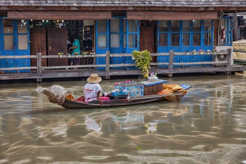 Corteccia sul mercato di galleggiamento vicino a Pattaya fotografie stock
