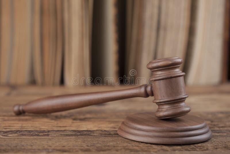 Corteje el mazo, tema de la ley, mazo del juez fotografía de archivo libre de regalías