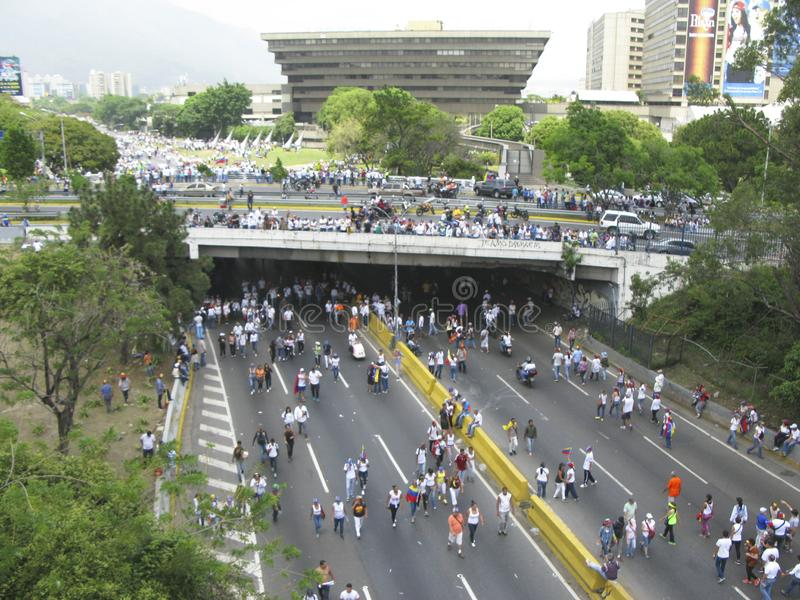 Cortes de energia da Venezuela: Os protestos estoiram na Venezuela sobre o escurecimento fotografia de stock