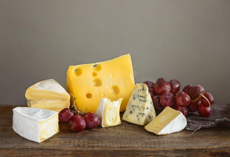 Cortes do queijo a bordo fotos de stock