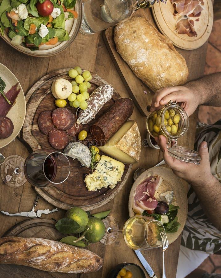 Cortes frios sortidos e ideia da receita da fotografia do alimento da bandeja do queijo imagens de stock