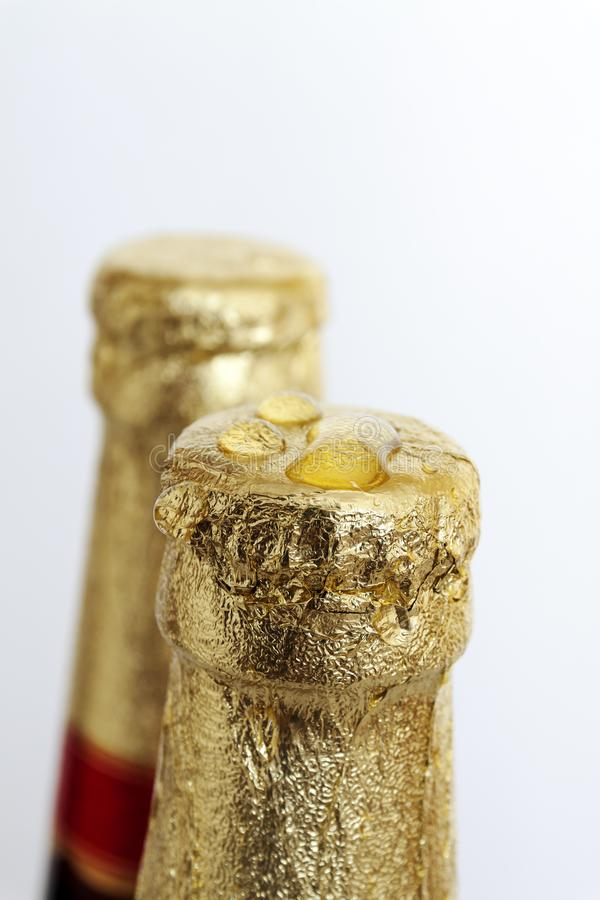 Cortiça da cerveja seladas na folha dourada fotos de stock royalty free