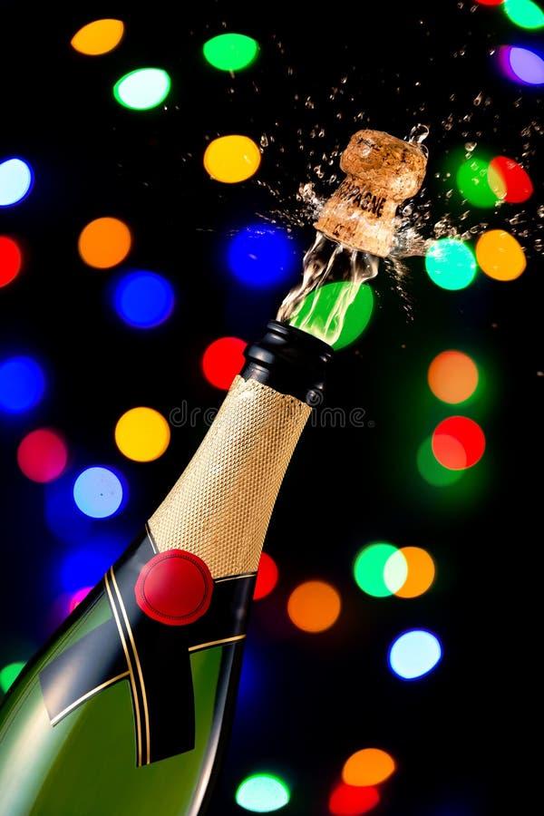 Cortiça de estalo em uma garrafa do champanhe imagem de stock royalty free