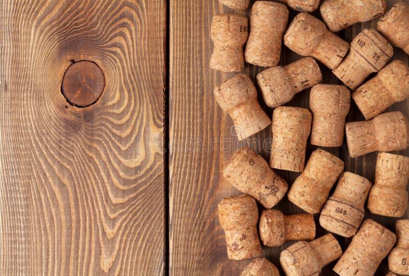 Cortiça do vinho de Champagne sobre a tabela de madeira foto de stock
