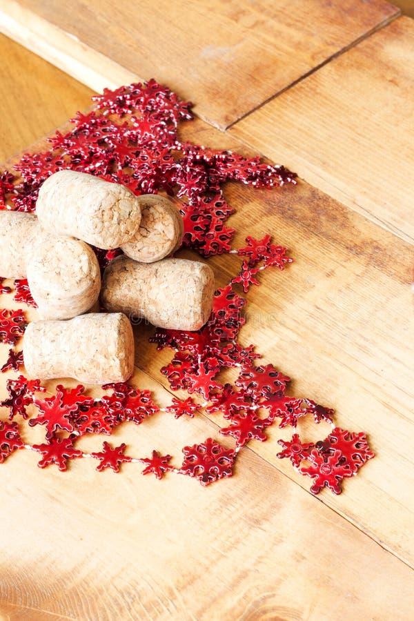 Cortiça do vinho e decoração do Natal na tabela de madeira com espaço da cópia para seu texto imagem de stock