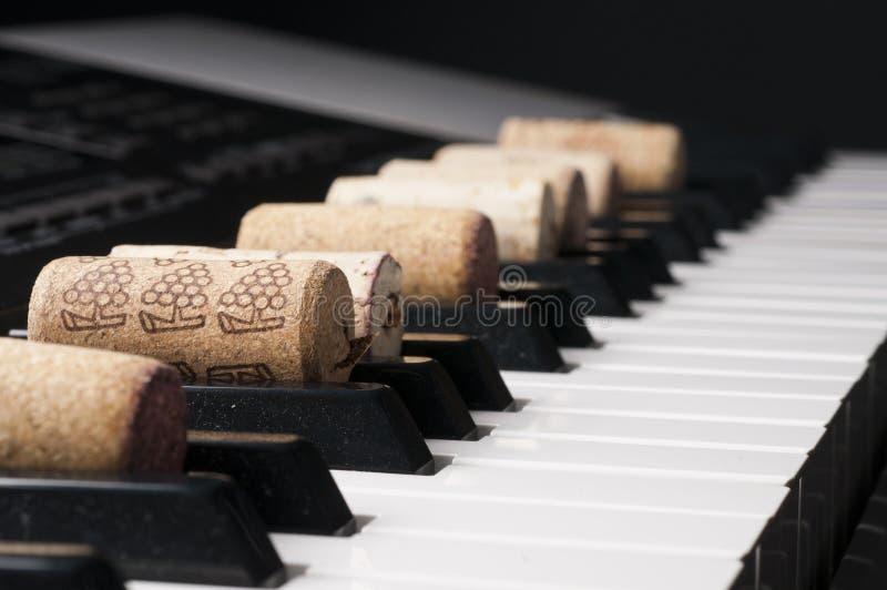 Cortiça do vinho no teclado de piano imagem de stock royalty free