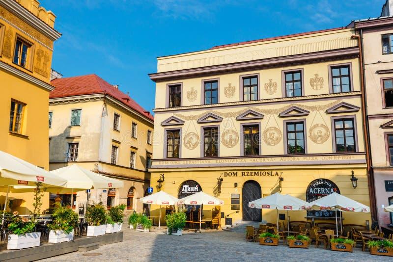 Cortiços históricos e restaurantes exteriores na cidade velha em Lublin, Polônia foto de stock