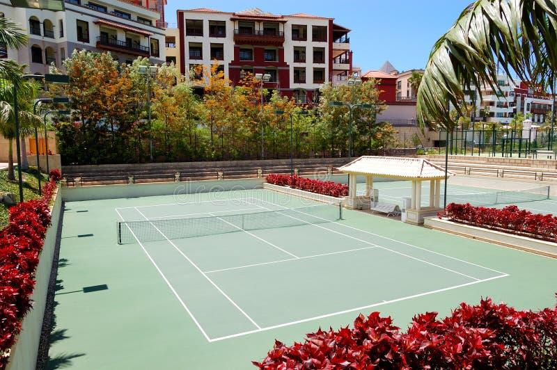 Corti di tennis all'albergo di lusso fotografie stock libere da diritti