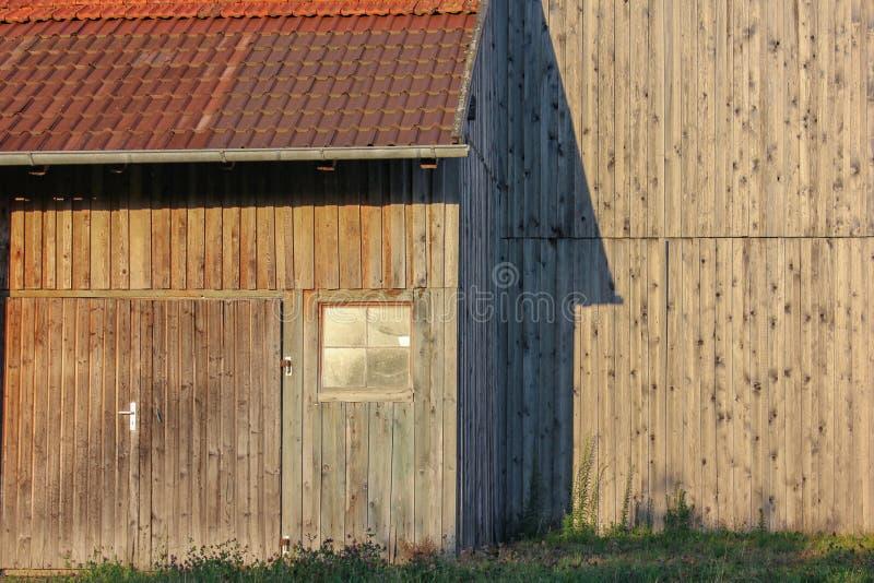 cortijo de madera con la chimenea del hierro imágenes de archivo libres de regalías