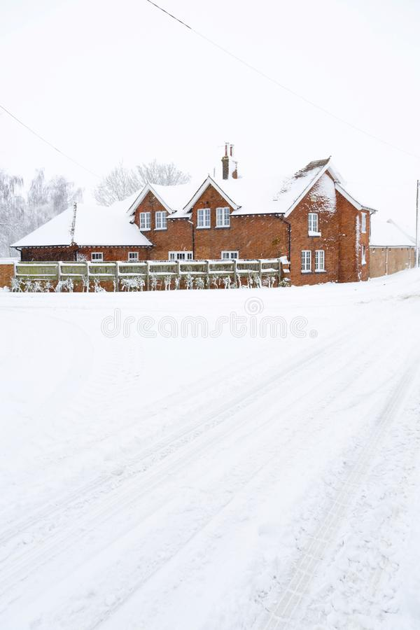Cortijo en la nieve del invierno, Reino Unido imagenes de archivo