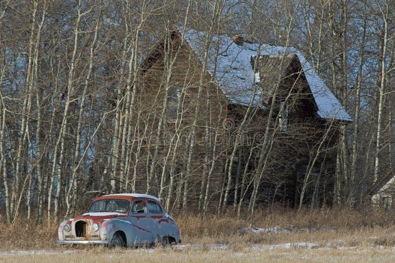 Cortijo viejo abandonado y coche viejo imágenes de archivo libres de regalías
