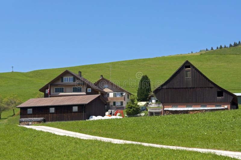 Cortijo y granja de madera suizos, paso de Etzel imagen de archivo