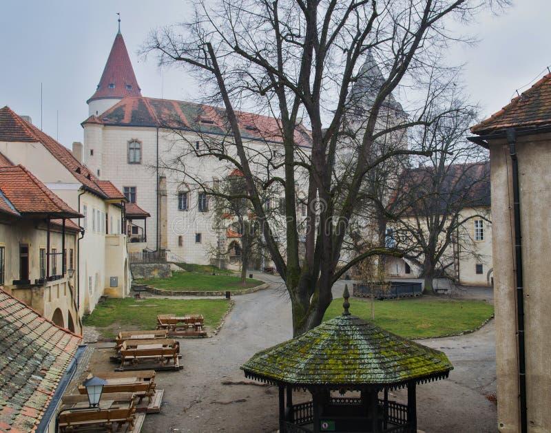 Cortile al castello di Krivoklat immagini stock