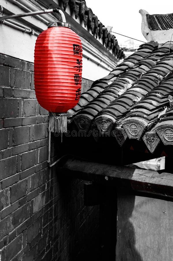Cortile antico cinese con la lanterna rossa tradizionale immagine stock libera da diritti
