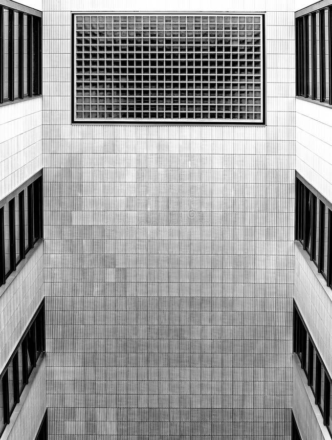 Cortile aperto interno in una costruzione multipiana moderna immagini stock