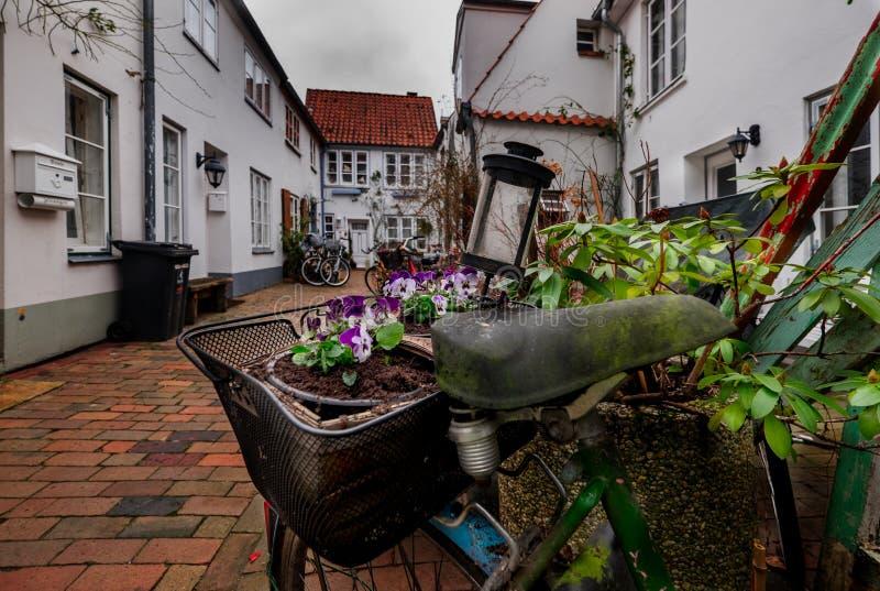 Cortile con i fiori nella città di Lubeck germany immagini stock