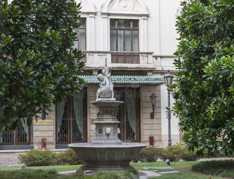 Cortile con la fontana fotografia stock libera da diritti